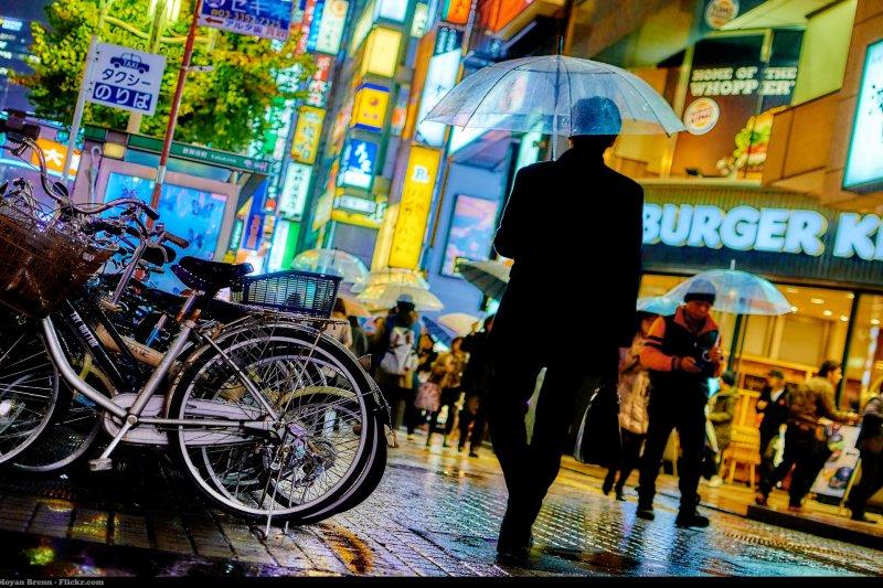 去日本玩,其實你未必要花錢辦國際漫遊或租wifi機...(圖/Moyan Brenn@flickr)