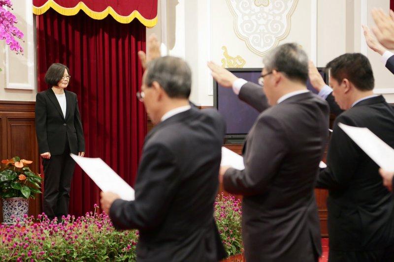 國安局長由楊國強續任,並於20日上午於總統府,與副局長郭崇信以及國安會副秘書長陳俊麟等,一同完成宣誓。(取自總統府官方Flickr)