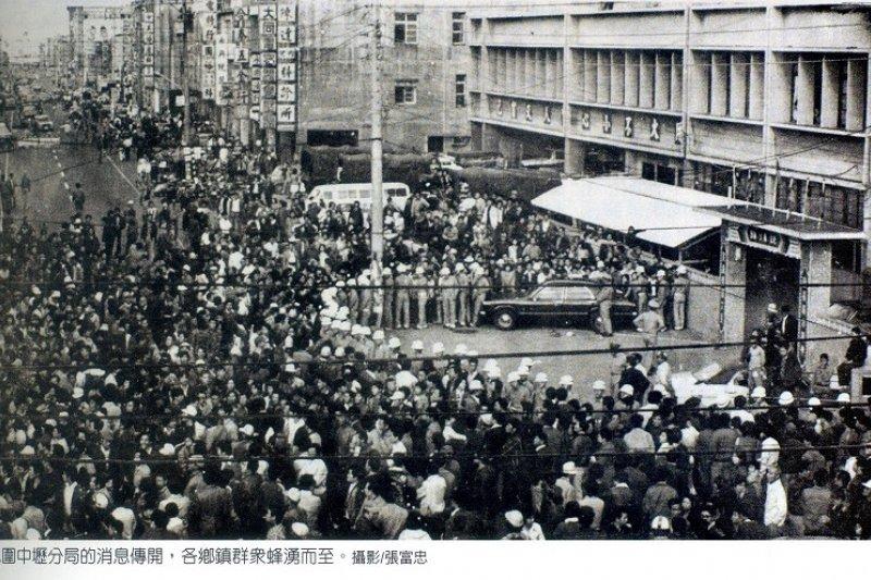 當年中壢事件時群眾包圍中壢分局的歷史畫面。(張富忠攝)
