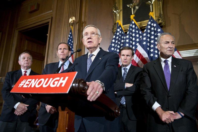 美國參議院4項槍枝管制法案,20日遭到全數否決。民主黨領袖里德(Harry Reid)(圖中)在記者會上對此事件作出評論。(美聯社)
