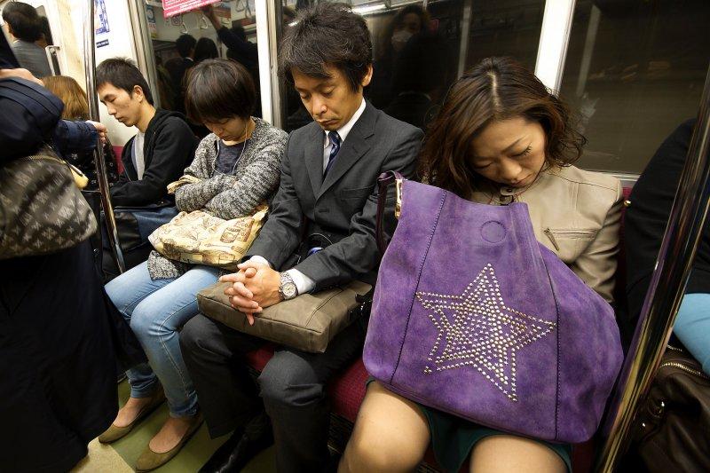 在地鐵上只有少數乘客是醒著的吧?(圖/Vin on the move@flickr)