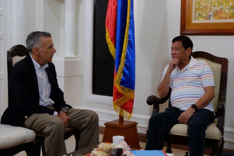 菲國總統當選人杜特蒂(圖右)與美國駐菲大使高柏格(Philip Goldberg)會晤(美聯社)