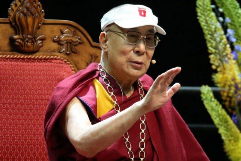 年近81歲的達賴喇嘛在猶他州立大學舉行名為「慈悲與環球責任」 的公開演講。(BBC中文網)