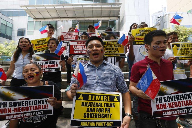 菲律賓民眾聚集在馬尼拉金融中心,抗議中國在南海擴建南沙島礁(美聯社)