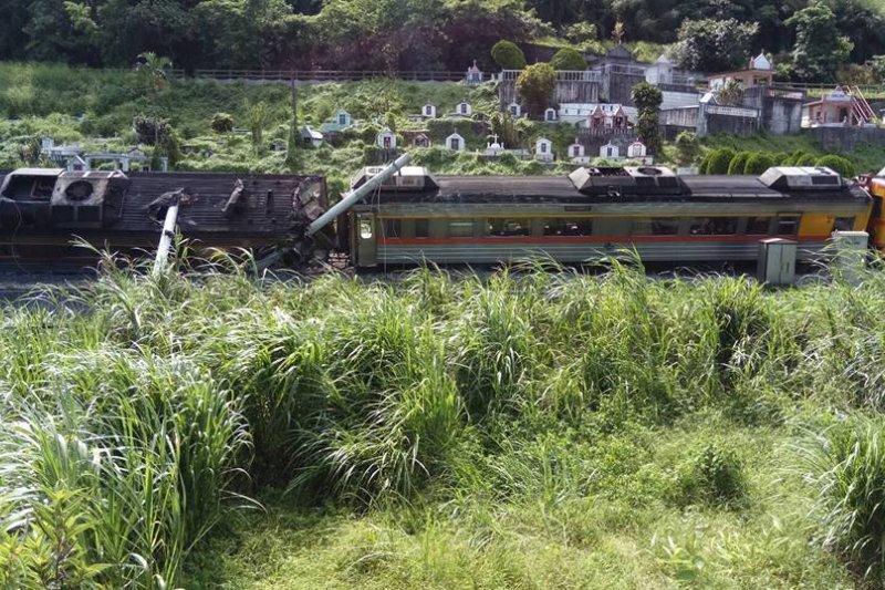 22日台鐵307次自強號列車翻覆,事故原因台鐵人在調查中。(翻攝爆料公社)