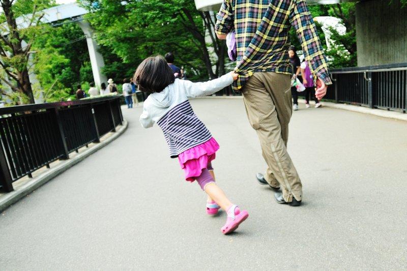 每次拉住爸爸的衣角,都可能是最後一次(圖/ajari@flickr)