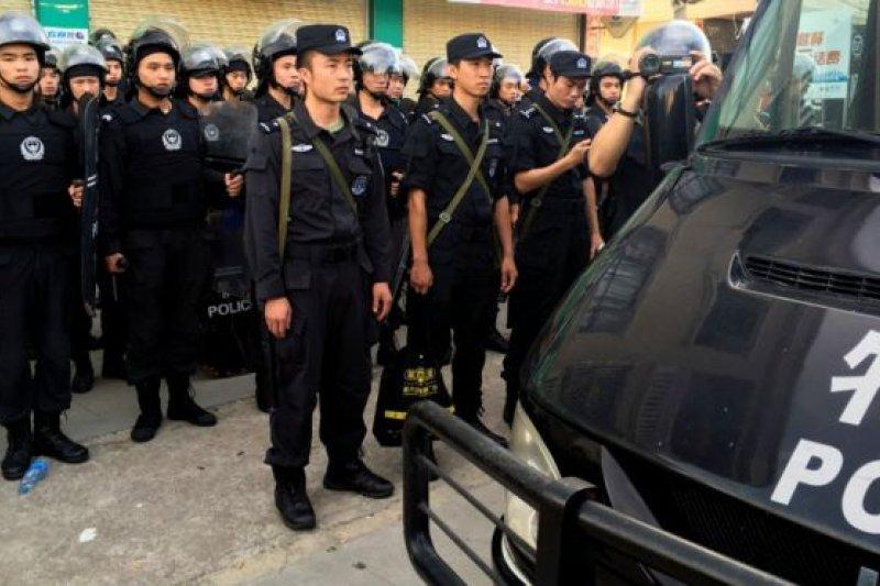 5年後,烏坎的村民再次走上街頭,要求「放人」,防暴警察又進了村子。(BBC中文網)