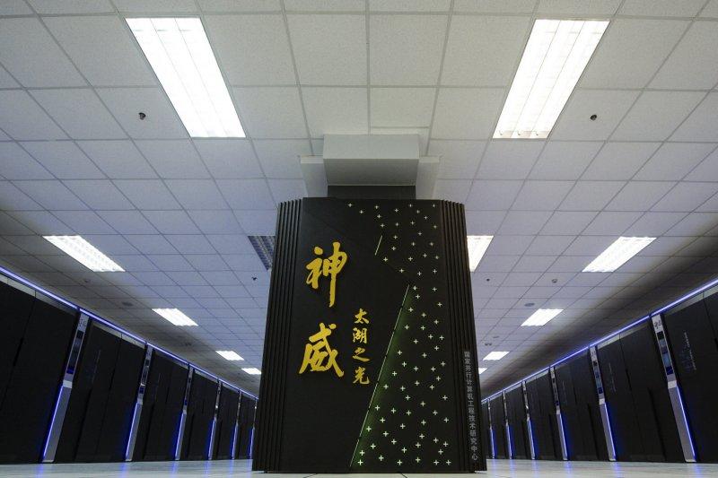 中國超級電腦「神威太湖之光」。(圖取自engadget.com)