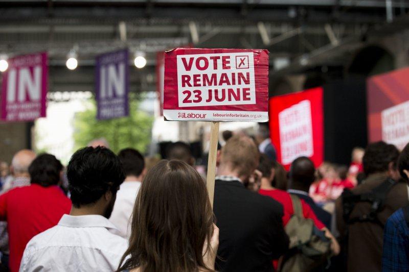 支持留歐的民眾高舉「23日票投留歐」的標語。(美聯社)