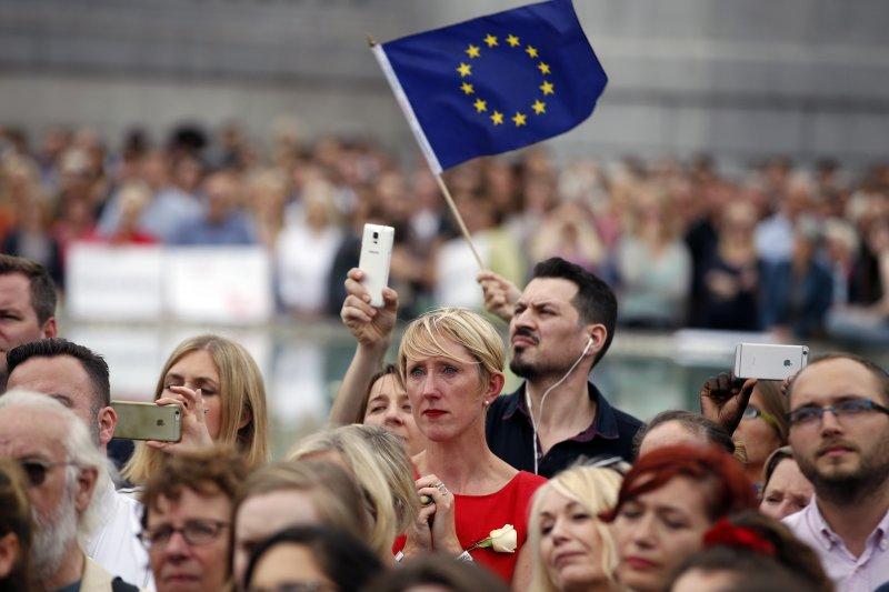 脫歐公投開票初脫歐派領先,讓英磅重挫、亞股俱跌。(美聯社)