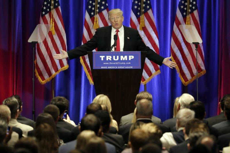 川普譏諷希拉蕊「腐敗」、「世界級騙子」,認為只有自己能帶來改變。(圖/美聯社)