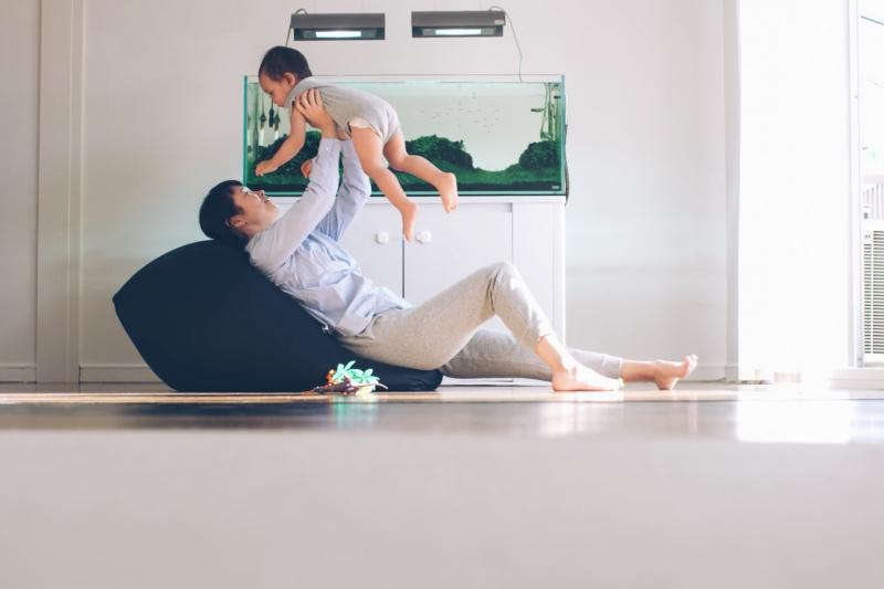 無印良品的懶骨頭沙發可坐可臥、方便好用,成為許多家庭的必備單品。(圖/無印良品:MUJI to Relax@youtube截圖)