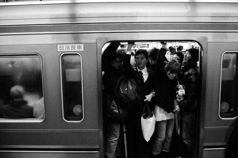 早晨的通勤電車,摩肩接踵不過是這麼回事。(圖/Wry2010@Flickr)