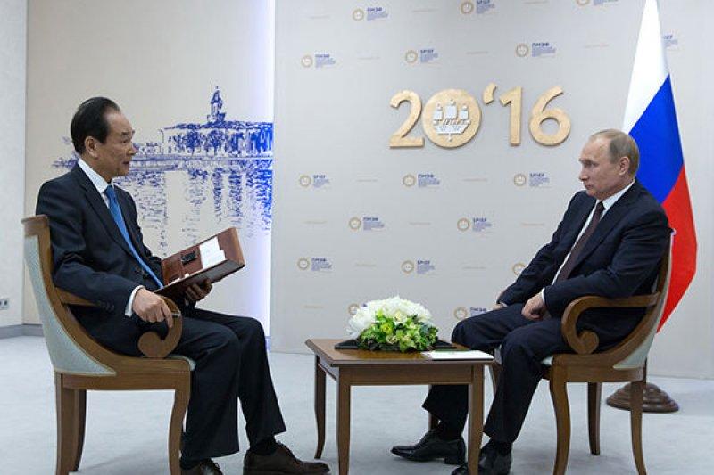 俄羅斯總統普京17日接受新華社社長蔡名照獨家專訪。