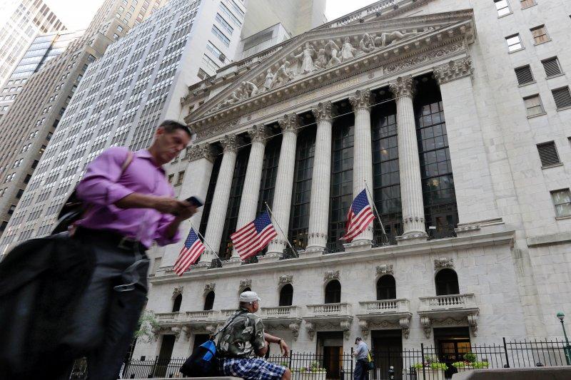 英國脫歐對全球股匯市造成重大衝擊,美股24日開盤後重挫,道瓊指數下跌459.38點、跌幅2.55%。(美聯社)