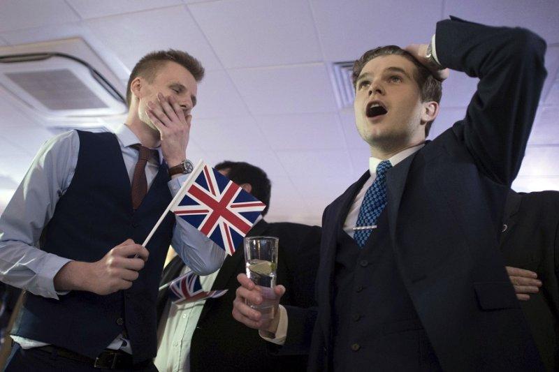 支持英國脫離歐盟的民眾於倫敦觀看開票過程(美聯社)