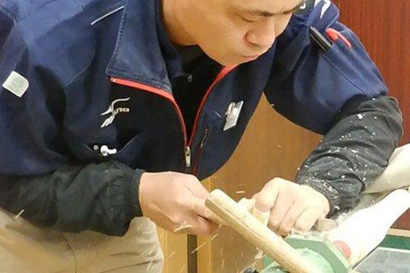 名和民夫正在製作球棒。(翻攝mizuno官網)