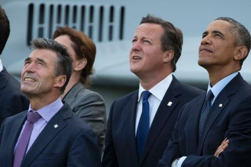 北約秘書長拉斯穆森、英國首相卡麥隆與美國總統歐巴馬觀看戰機表演(美聯社)