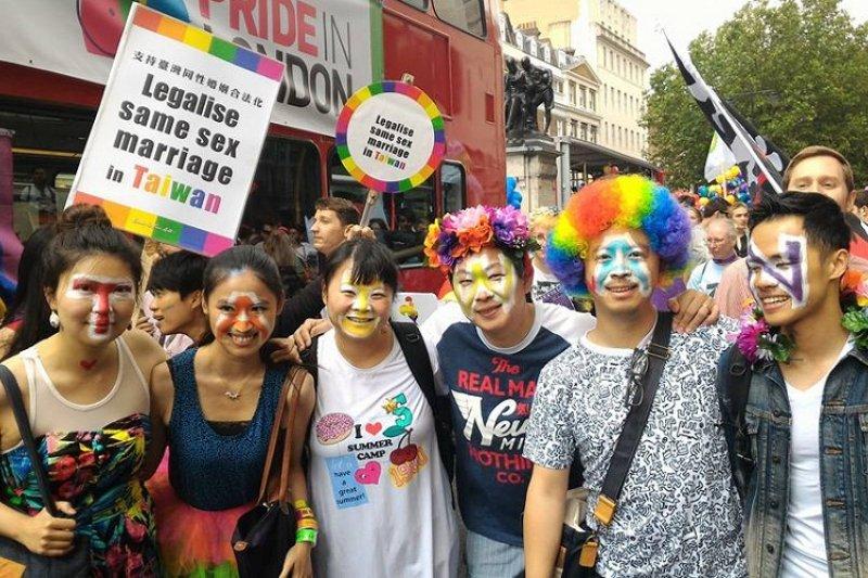 倫敦遊學生社團「倫敦講台」(Formosa Salon),25日參加倫敦同志驕傲遊行,提出「台灣同志婚姻合法化」的訴求。(取自Victor Chan臉書)