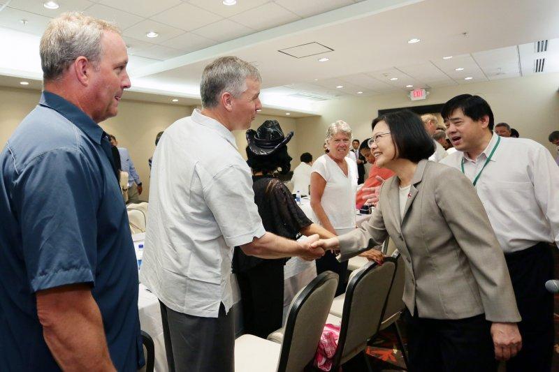 總統蔡英文在巴拿馬會晤美國國會議員,台北邁阿密直航航線成話題。(總統府提供)