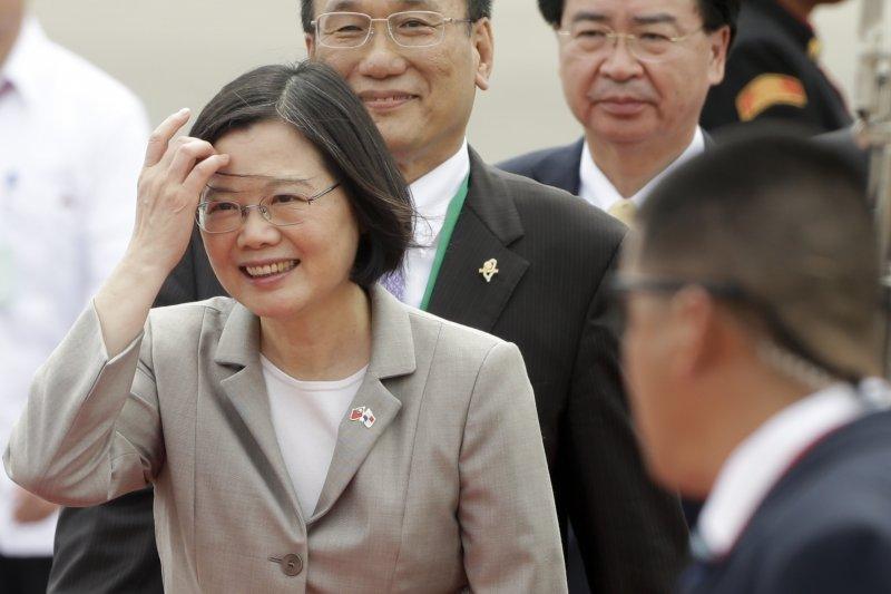 針對總統蔡英文參觀巴拿馬運河時寫下「TSAI, ING-WEN 蔡英文,President of Taiwan(ROC)」,國台辦重申一中原則,並堅決反對台獨。(資料照,(美聯社)