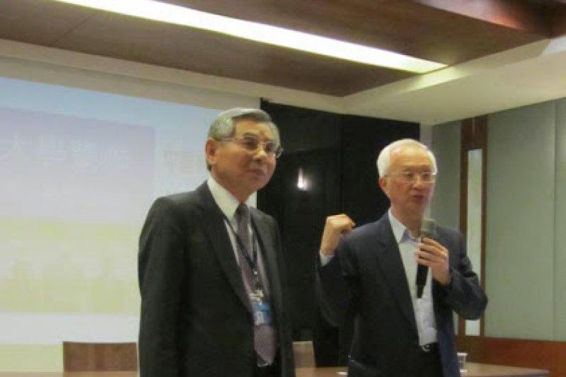 悠遊卡投資控股公司董事長董瑞斌(右)將出任台北捷運公司董事長。(取自中國科技大學網站)