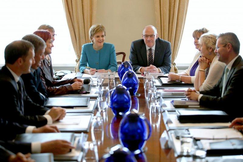 蘇格蘭首席部長史特金(Nicola Sturgeon)與其小內閣(美聯社)