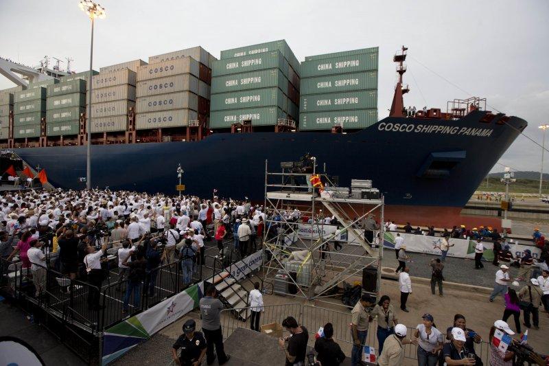 巴拿馬運河拓寬啟用儀式上的「中遠海運巴拿馬輪」(Cosco Shipping Panama)(美聯社)