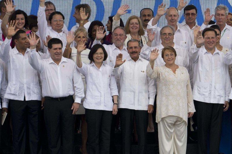 蔡英文總統與多國元首出席巴拿馬運河拓寬啟用儀式,美國副總統夫人吉兒.拜登站在她後方。(美聯社)