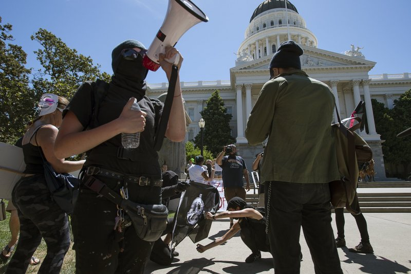 「沙加緬度反法西斯行動」(ANTIFA Sacramento)的成員在加州州議會外高呼反法西斯口號。(美聯社)