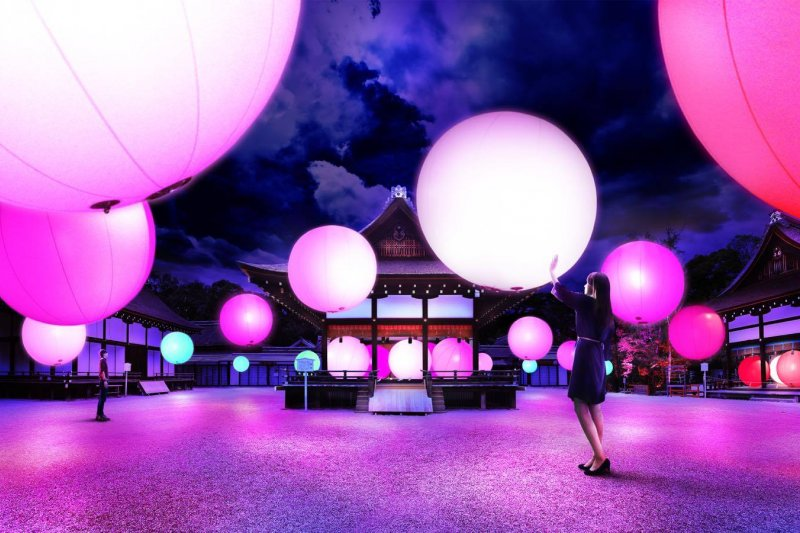 「光之祭」的大型球體,讓大朋友、小朋友都能玩得不亦樂乎。(圖/teamLab / チームラボ@facebook)