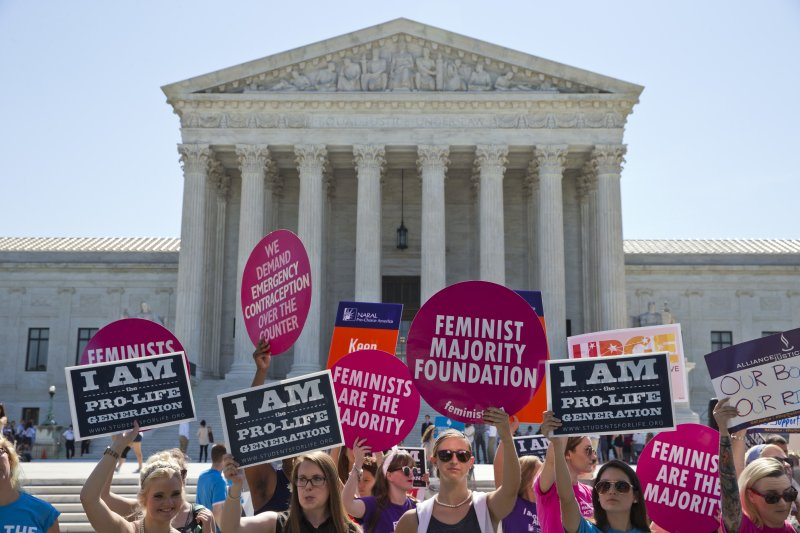 支持與反對女性墮胎權的民眾在聯邦最高法院外表達自己的看法。(美聯社)