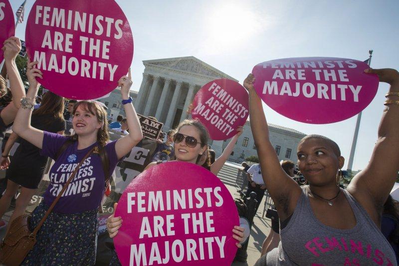 支持女性墮胎權的民眾在聯邦最高法院外慶祝贏得墮胎訴訟。(美聯社)