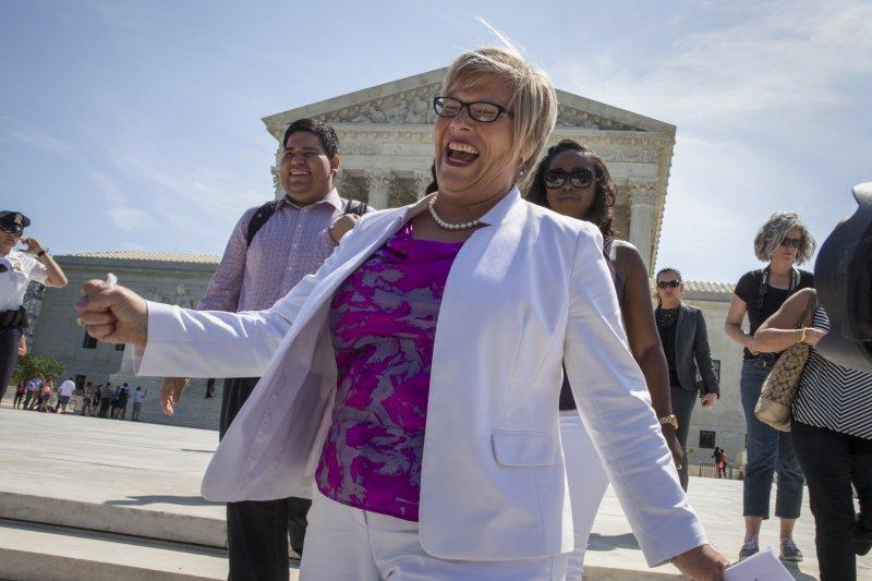 德州墮胎診所「全女康」(Whole Woman's Health)的創辦人米勒(Amy Hagstrom Miller)27日開心地走出聯邦最高法院。(美聯社)