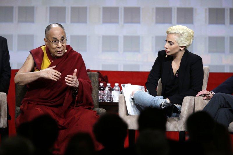 美國流行音樂天后女神卡卡(Lady Gaga)與西藏流亡精神領袖達賴喇嘛(美聯社)