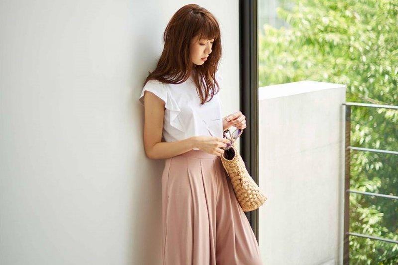 以基本款為主的穿搭,才讓人讚嘆:「這麼平凡的衣服,竟能穿得如此有品味!」(圖/Uniqlo@facebook)