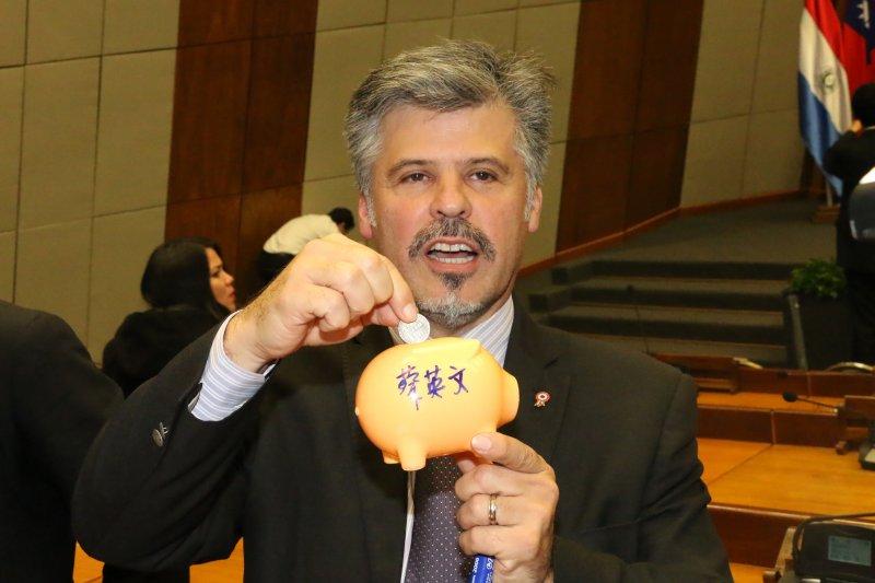 巴拉圭民主進步黨籍參議員祝希歐(Arnaldo Giuzzio)於小英抵國會演講後,展現其訪台時,獲贈的且有蔡英文簽名的小豬。(顏振凱攝)