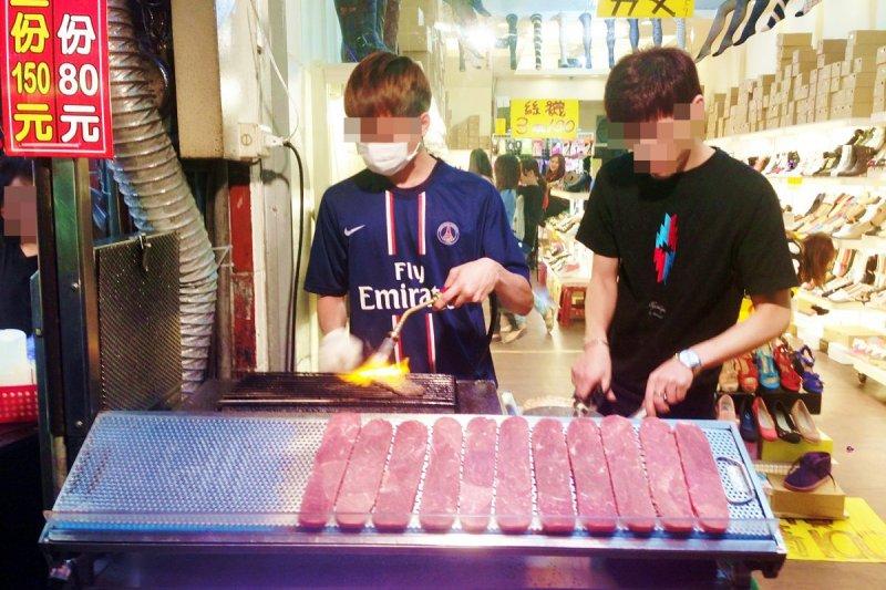 席捲全台夜市的炙燒牛肉,是重組肉,而且是可以決定幾分熟的進化重組肉。(圖/皇冠文化提供)