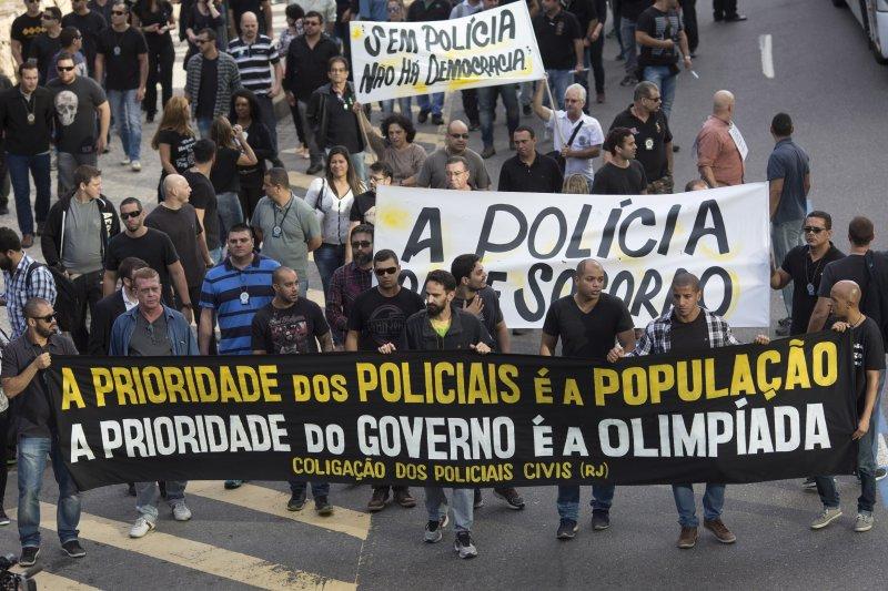 被欠薪的里約警方上街抗議,高舉「警察以人民為優先,政府以奧運為優先」的布條。(美聯社)