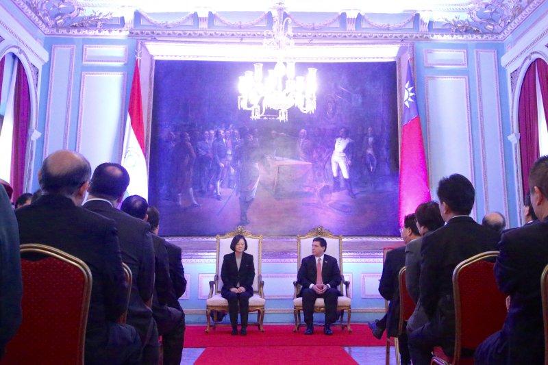 2016-06-29-蔡英文接受巴拉圭總統卡提斯贈勳03-中央社提供