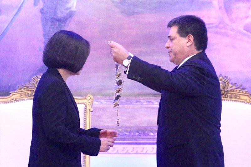 2016-06-29-蔡英文接受巴拉圭總統卡提斯贈勳02-中央社提供