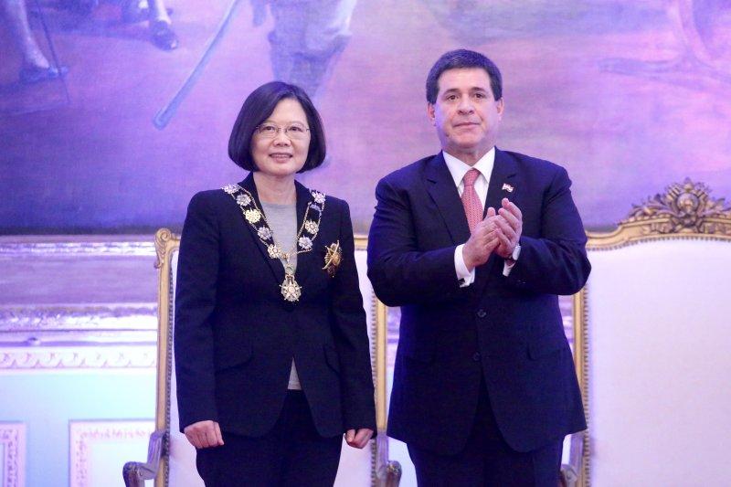 總統蔡英文於台北時間28日晚,於巴拉圭總統府接受總統卡提斯頒贈「索拉諾.羅培斯元帥懋績勳章」( Collar Mariscal Francisco Solano Lopez)。(中央社提供)
