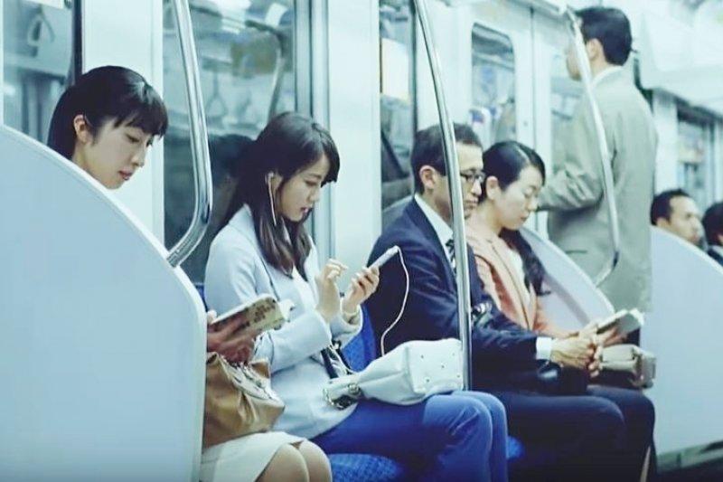 在日本搭乘電車時,為了避免被誤會成癡漢而吃上官司,請雙手緊抓欄杆吧!(圖/autoxp063@youtube)