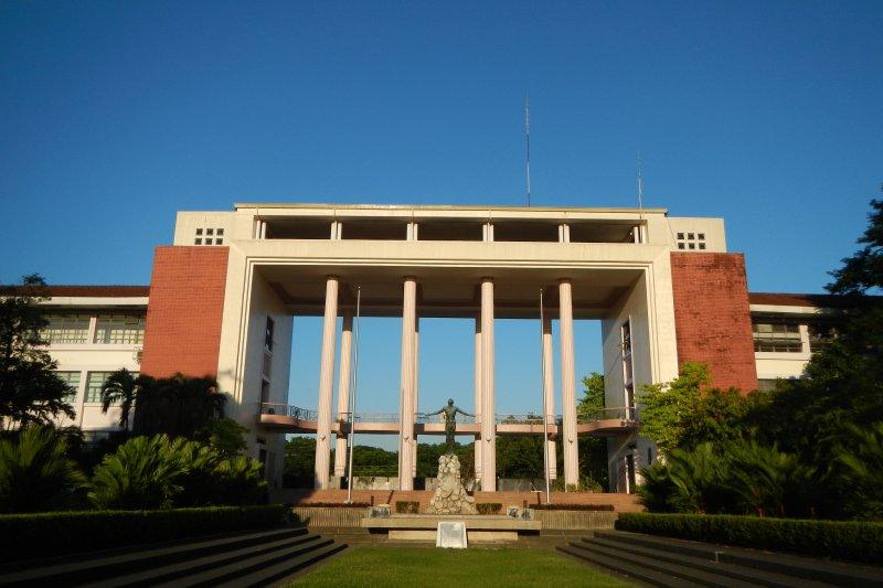 國立菲律賓大學系統(University of the Philippines, UP)擁有8個分校,高雄市非常歡迎UP系統師生前來高雄攻讀博士學位。圖為菲律賓大學Diliman分校。(取自維基百科,Ramon FVelasquez攝/CC BY 3.0)