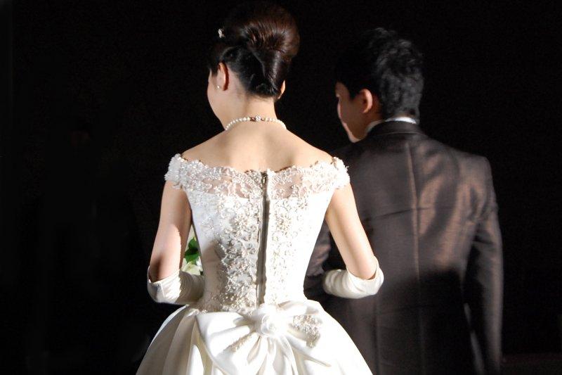 「男大當婚,女大當嫁」曾經是天經地義的事,套用在現代年輕男女上卻顯得不合時宜?(圖/写真素材 足成)