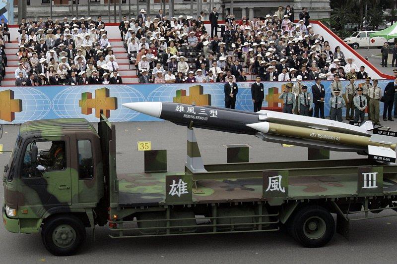 總統蔡英文已核定,同意軍方開始量產部署可在陸上機動部署的雄三飛彈發射車,將大幅增加這款國軍殺手鐧武器的戰場存活率和對海機動打擊力。(資料照,美聯社)
