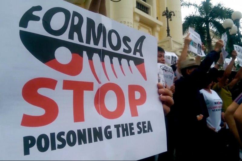 台塑越南河靜鋼廠造成沿海四省海岸嚴重污染,魚群大量死亡,越南民眾強烈抗議(美聯社)