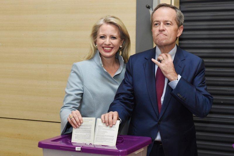 澳洲工黨領袖蕭頓與其夫人投下選票。(美聯社)
