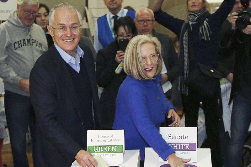 澳洲總理騰博與其夫人投下選票。(美聯社)