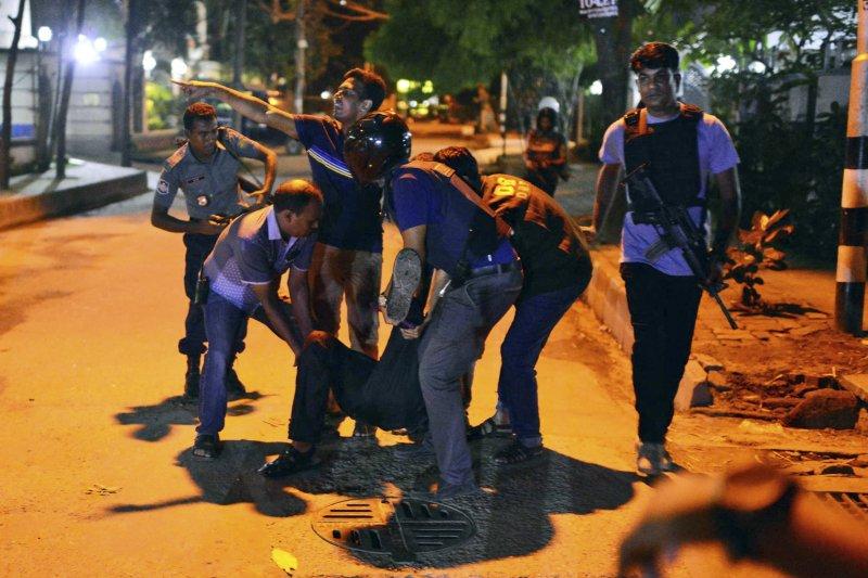 孟加拉首都達卡發生槍擊挾持人質事件,20多名外國人質遭挾,至少2名警員喪生。(圖/美聯社)